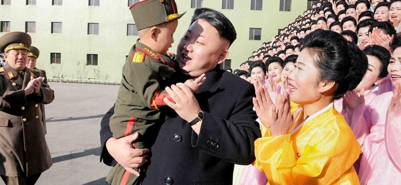 Kim Dzsong Un (valószínűleg percekkel azelőtt, hogy valamelyik családtagját kutyákkal eteti meg)